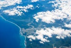 在飞机飞行地产海洋之上 库存图片