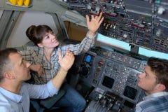 在飞机驾驶舱里面的工程师 免版税库存照片