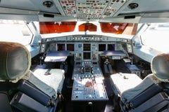 在飞机,从里面的看法上的驾驶舱 库存照片