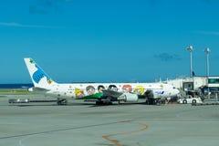 在飞机绘的孩子在那霸机场 库存图片