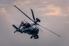 在飞行中军用直升机 图库摄影