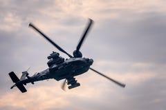 在飞行中军用直升机 免版税库存图片