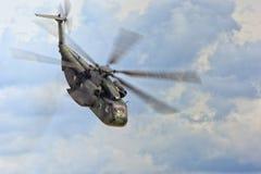 在飞行中军用直升机 库存照片