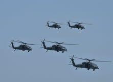 在飞行中军用直升机 库存图片