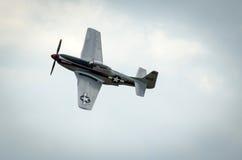 在飞行中北美洲P-51野马 免版税库存图片