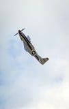 在飞行中北美洲P-51野马 库存照片