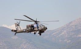 在飞行中古希腊军队AH-64A亚帕基攻击用直升机 库存照片