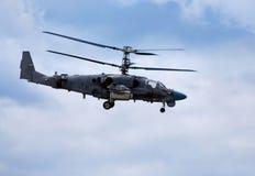 在飞行中战斗直升机 图库摄影
