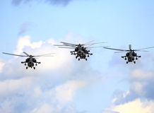 在飞行中战斗直升机 免版税库存照片