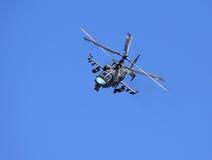 在飞行中战斗直升机 免版税库存图片