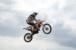 在飞行中摩托车的MX壮观的控制 免版税图库摄影