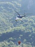在飞行中消火直升机 免版税图库摄影