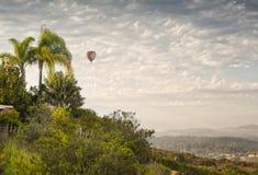 在飞行中热空气气球,圣地亚哥,加利福尼亚 免版税库存图片