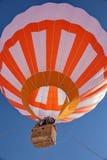 在飞行中热空气气球 免版税库存照片