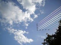 在飞行中皇家空军红色箭头显示队 库存照片