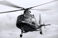 在飞行中盘旋的直升机 库存照片