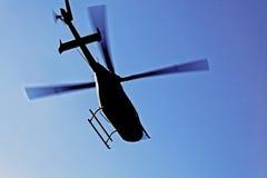 在飞行中直升机剪影 库存图片