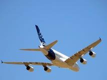 在飞行中空中客车A380 库存图片