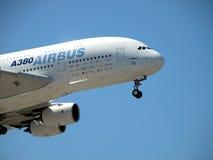 在飞行中空中客车A380 库存照片