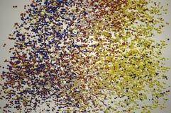 在飞行中红色,白色,蓝色和黄色气球 免版税图库摄影