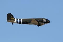 在飞行中老DC-3推进器飞机 库存照片