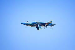 在飞行中蓝色天使 库存照片