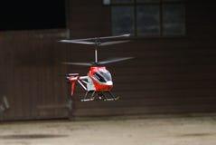 在飞行中遥控玩具直升机 免版税库存照片