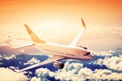 在飞行中飞机。一个大乘客或货物航空器,在云彩上的航空公司。 免版税库存照片