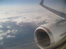 在飞行中飞机的美丽的天空和翼 免版税图库摄影