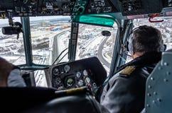 在飞行中驾驶舱里面的直升机mi8,俄罗斯,秋明州2013年11月 免版税图库摄影