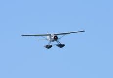 在飞行中水上飞机 免版税库存照片