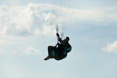 在飞行中滑翔伞 库存照片