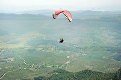 在飞行中滑翔伞 库存图片
