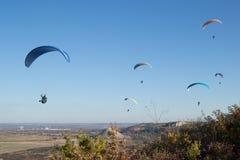 在飞行中滑翔伞 图库摄影