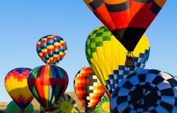 在飞行中durning节日的热空气baloons 免版税图库摄影