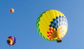在飞行中durning节日的热空气baloons 免版税库存照片