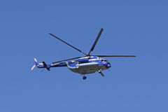 在飞行中Gazpromavia航空公司直升机  库存照片