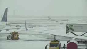 在飞行前的换装燃料航空器在阿斯塔纳国际机场一个多雪的机场库存英尺长度录影 股票录像
