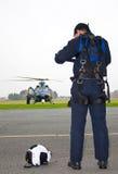 在飞行员附近的直升机 免版税库存照片