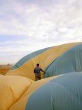 在飞行在卡帕多细亚, T以后给收集一个热空气气球雇用职员 库存照片