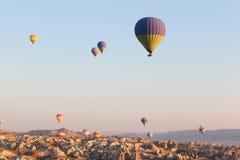在飞行在天空,日出时间的多彩多姿的气球 免版税库存照片