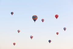 在飞行在天空,日出时间的多彩多姿的气球 免版税库存图片