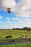在飞行多彩多姿的气球的多云天空 库存图片