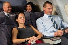 在飞行客舱睡眠期间,飞机乘客放松 免版税库存图片