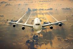 在飞行的一架客机在云彩 免版税库存照片