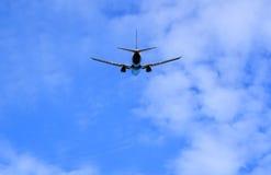 在飞行的喷气式飞机航空器,部分多云天空 免版税图库摄影