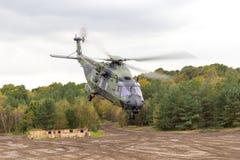 在飞行的德国军用直升机在战场 免版税库存图片