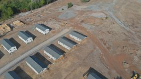 在飞行的空中寄生虫视图挖掘机在新建工程地点发展 影视素材