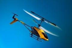 在飞行的RC直升机 免版税库存图片