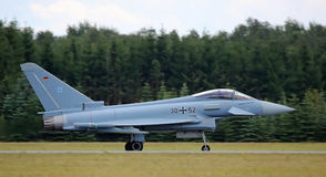 在飞行示范以后的Eurofighter喷气机 免版税库存照片
